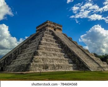 Chichén Itzá under the blue sky
