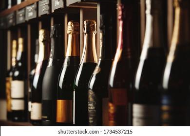 Cave souterraine avec vin brillant d'élite sur étagères, fermer la photo horizontale.