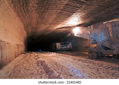 Underground mine drive with mining machines