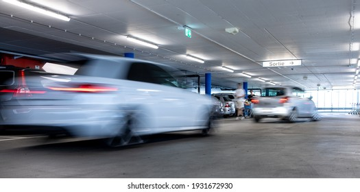 Tiefgarage. Autos parkten in einer Garage ohne Leute. Viele Autos in Parkgarage innen. Tiefgarage mit Autos (farbiges Bild)