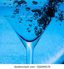 underwater air bubbles in wineglass