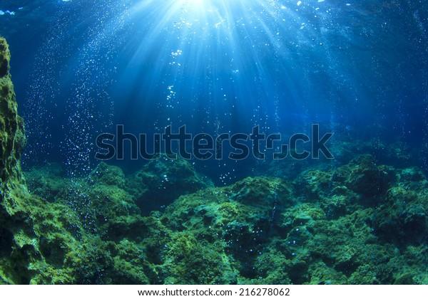Подводный океан сцена с пузырьками воздуха, несфокусированный