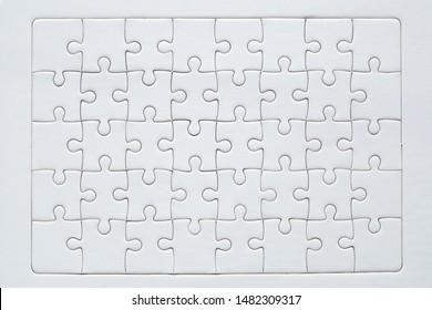 Unfertig rot mit weißen Puzzleteilen auf blauem Hintergrund