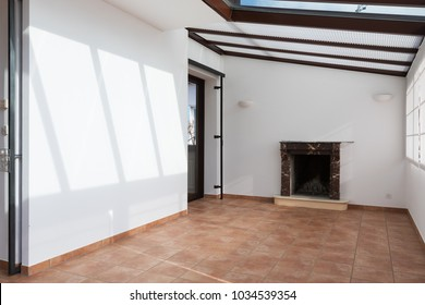 Unfurnished room with large windows on the ceiling
