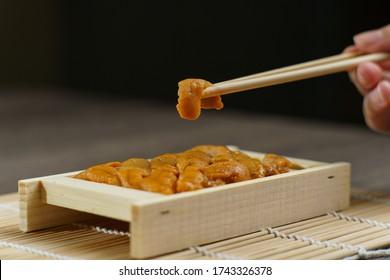 젓가락으로 일니 스시. 일본 음식인 성친(단회).