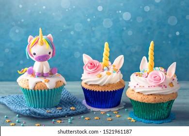 Unicorn-Cupcakes auf blauem Hintergrund