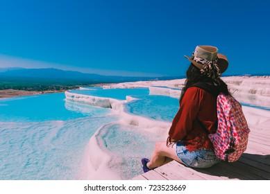 Donna non identificata guardare Pamukkale (Cotton Castle) che è popolare con piscine e terrazze in travertino dove la gente ama visitare a Pamukkale, Turchia.
