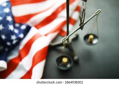 Recht der Vereinigten Staaten, Maßstäbe der Gerechtigkeit und amerikanische Flagge. Konzept. Geld.
