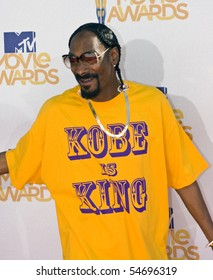 UNIVERSAL CITY, CA - JUNE 06: Snoop Dogg arrives on the Red Carpet at the 2010 MTV Movie Awards at Gibson Amphitheatre on June 6, 2010 in Universal City, California. (Photo by Jonathan Nowak)