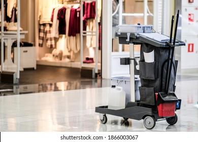 Universelles Set für die Nassreinigung von Einkaufszentren. Modernes Reinigungsunternehmen, Reinigungskit auf einem Trolley mit Rädern, exzellentes Design für jeden Zweck. Konzept einer gewerblichen Reinigungsfirma.