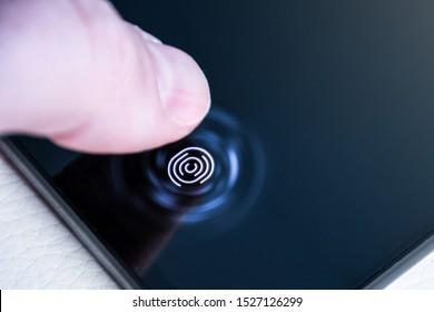 Déverrouiller le téléphone avec le doigt sur un scanner numérique d'empreintes digitales intégré sous l'écran en gros plan