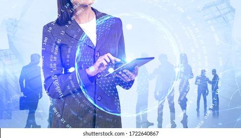Unerkennbare Geschäftsfrau mit Tablet-Computer in der Stadt mit doppelter Belichtung ihres Teams und Online-Business-Schnittstelle. Konzept der Arbeit während der Covid 19-Coronavirus-Pandemie. Tonbild