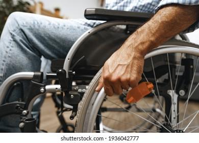Nicht erkennbarer behinderter Mann im Rollstuhl