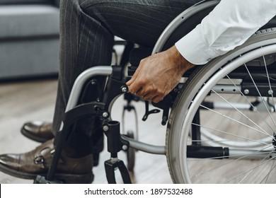 Unerkennbarer Mann im Rollstuhl, Nahaufnahme