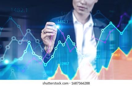 Una joven empresaria irreconocible que trabaja con un gráfico financiero digital en una oficina borrosa. Concepto de mercado de valores y tecnología. Imagen tónica de doble exposición