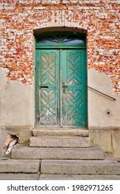 Unrenovierter Hauseingang mit grüner Tür in der Altstadt von Angermuende