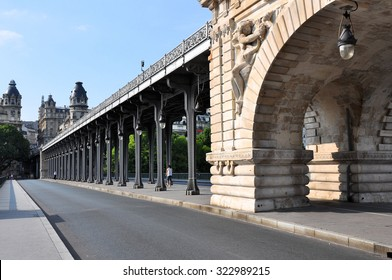 The upper level of the pont de Bir-Hakeim bridge with the Metro line.