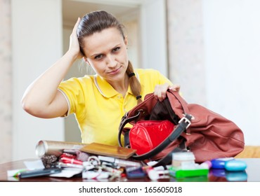 Upset woman because that she is anything lost in her purse