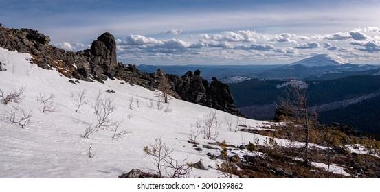 Uralgebirge Konzhakowsky und Serebryansky kamen in Mai, Russland, Swerdlowsk Region