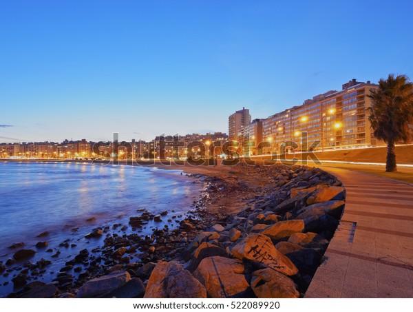 Uruguay, Montevideo, vue de Twilight sur la côte de Pocitos sur la Plaque du fleuve.