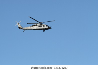 A US Navy HH-60H Seahawk flying from left to right