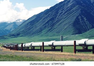 USA, Alaska, Dalton Highway pipeline in valley