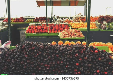 USA - California - San Francisco - Pier 39 - Fruits exposed on the market for sale. Fruit bowls on the market. Healthy life.