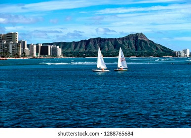 USA, Hawaii, Oahu, Honolulu, Waikiki Beach, Diamond Head, sail boats