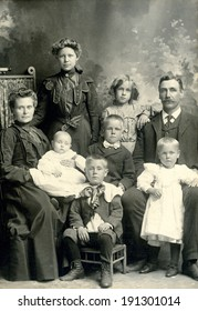 USA - MINNESOTA - CIRCA 1885 A vintage photo of a Victorian family. The parents are sitting with five children with one being a baby. This photo is from the Victorian era. CIRCA 1885