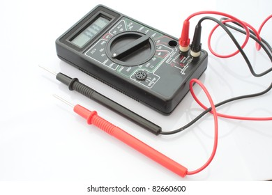Use the multimeter to meterage a Battery.