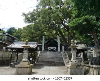 広島市尾道の牛虎神社。 石灯籠(東郎)に社名が書かれている。