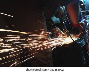 Using grinder machine to cut metal profile
