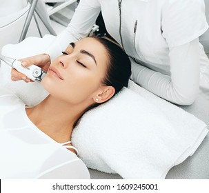 Using the LPG apparatus, the beautician performs a face lift massage. The skin becomes more elastic. Face contour lift