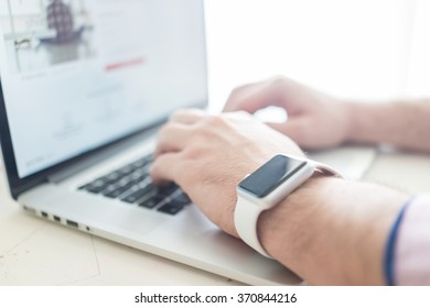 Using smart watch in office for work