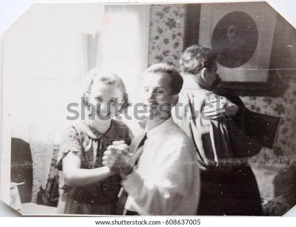 СССР, ЛЕНИНГРАД - ЦИРКА 1952: Винтажное фото улыбающейся молодой пары, танцующей Виктора и Валентина Ильин