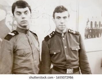 URSS, LENINGRAD - CIRCA 1968 : Photo vintage de deux soldats de l'armée soviétique à Leningrad, URSS