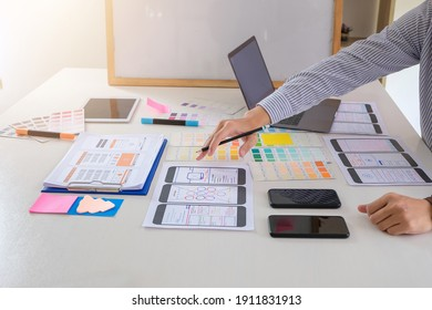 Ux ui designers come up with new ideas in layout design mobile Internet software at the office.