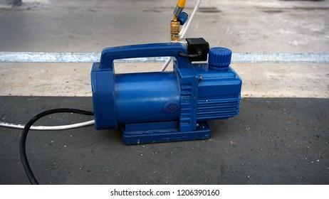 Vacuum pump, oil-lubricate rotary vane