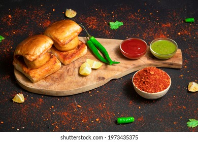 vadapav with green chilly and red sauce