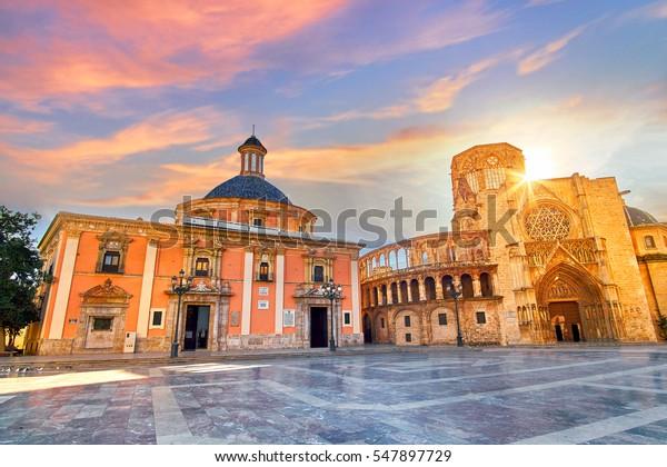Valence Espagne Square de l'architecture de Sainte Marie au lever du soleil.