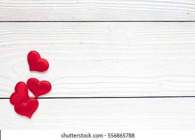 Valentinstag, weißer Hintergrund mit Herzen, Draufsicht