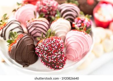 Fromage de la Saint-Valentin avec une variété de biscuits et de bonbons.
