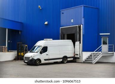 Lastwagen beim Be- und Entladen von Handelsfracht im Lagerhaus