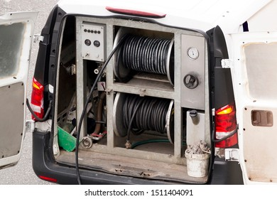 van service of professional sewer worker  for flooding and unblocking