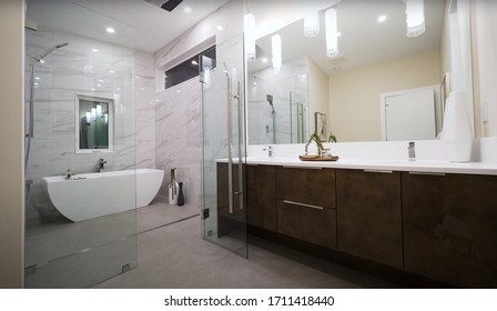 Vancouver - 17. April 2020: Luxurious Bathroom Of Elegant Apartment Interior With Creative Modern Design Concept. Shiny White Residential Room With Sanitary Appliances.