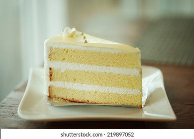 Vanilla cake topping with white chocolate