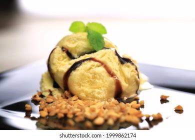 glace à la vanille avec sauce au chocolat