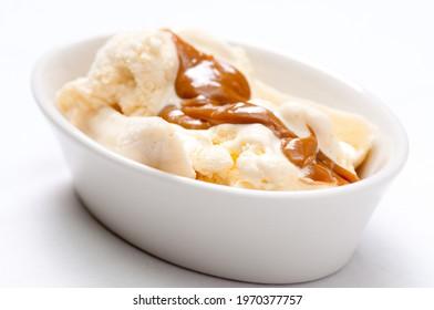 vanilla icea cream with caramel and bananas, a classic banana split