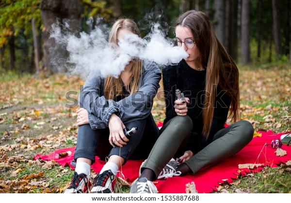 Rauchen Junges Lesben Mädchen Lehrerin zieht