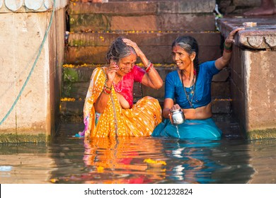 Indianwomens bathing naked — photo 5